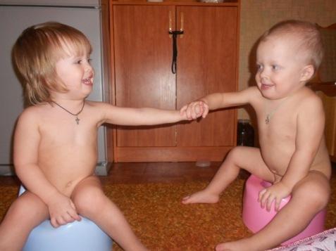 Развитие двойняшек: кормление двойни, сон, туалет.