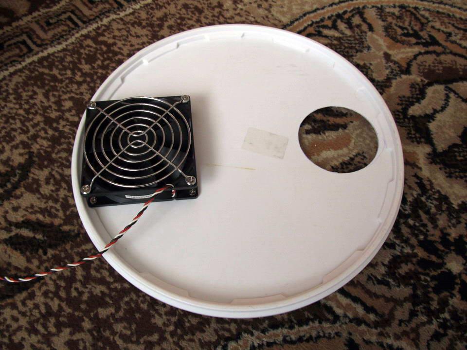 Крышка с установленным вентилятором