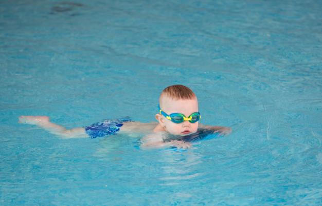 плавание для детей в бассейне
