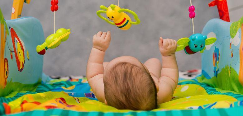 Какие игрушки нужны ребенку в 1 месяц и до года: примеры игрушек, советы детского психолога